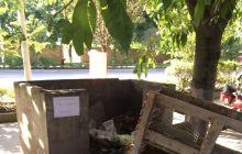 红庙村八队垃圾站,建筑垃圾,都倒在路上来了,到底有没有人管理嘛