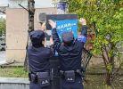 警察同志来小区宣传反诈知识。