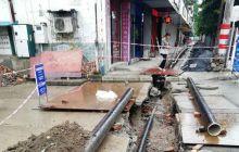 武都天然气管道把公路挖断了又不恢复,一直这样围起。