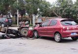 东山路车祸,拖拉机跟小车撞一起了