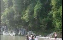 唯一能出行的桥被大水冲断了!我们出行只能游泳了!