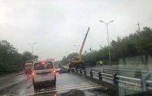 龙门欢乐世界上坡处,一货车翻了。下雨天大家慢点开车