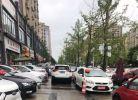 大下雨的,停车停的路都莫法过!还是心悦华庭