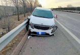 司机抛烟头被风吹回脸上酿车祸