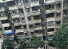 今天中午一点左右,一男子从涪城区花园南街某住宅楼六楼跳下