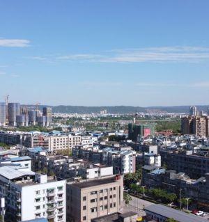 晴朗天空下的江油城