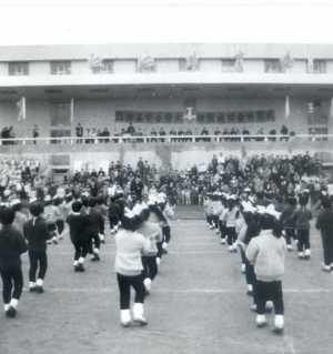 八十年代,江油县的一个儿童节。