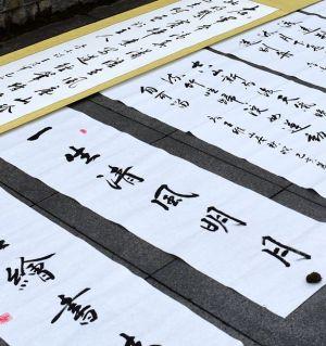 江油市大地書法協會慶祝中華人民共和國成立70周年地書活動在涪江一橋隆重舉行