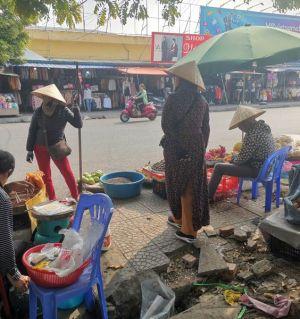 东南亚便宜的衣服,村落,村里寺庙和手机店,这些都是
