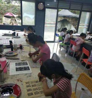 初学画画的孩子们
