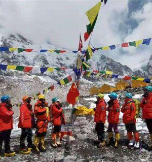 珠峰攀登日常:在零下10度的户外蹲信号