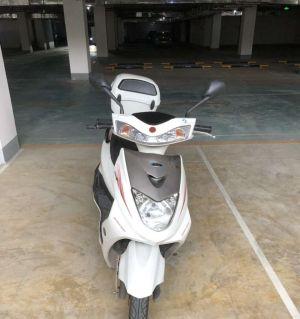 踏板摩托车出售。