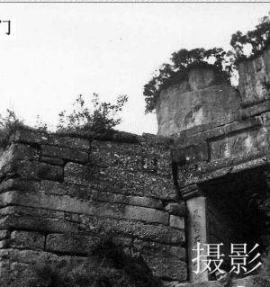 过去上团山必须经过寨门。